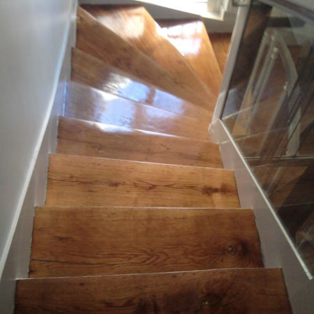 Escalier en bois fraîchement verni.