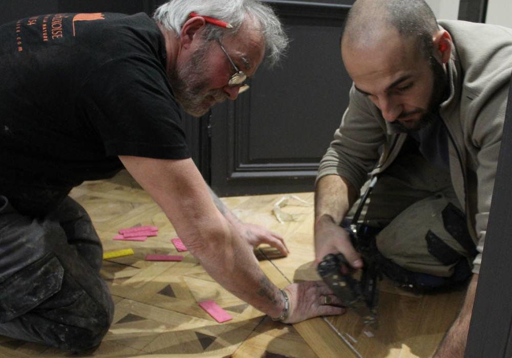 Artisans menuisiers-parqueteurs au travail