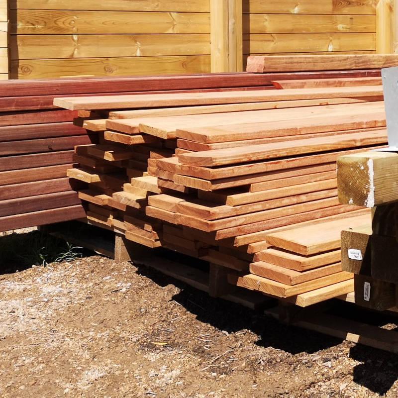 Lames de bois de cumaru et de padouk pour terrasse.