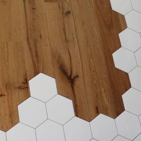 Sol en bois coupé sur-mesure avec carreau ciment.