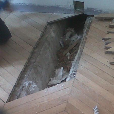 Remplacement de lames en bois d'un parquet cassé et abîmé