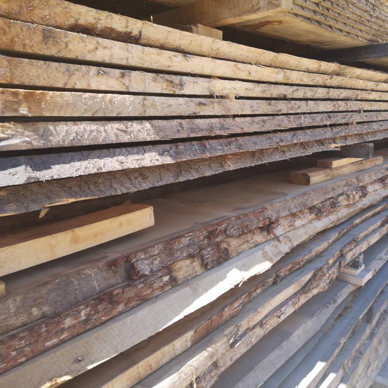 Planches de bois de chêne pour construction extérieure.