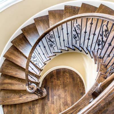 Résultat d'une vitrification d'escalier en bois massif