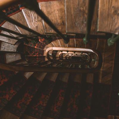 Vernissage d'escalier et de marches en bois