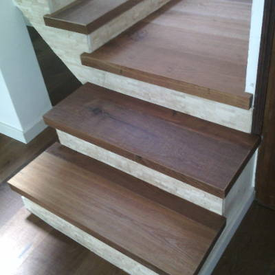 Escalier en chêne nouvellement rénové et vernit