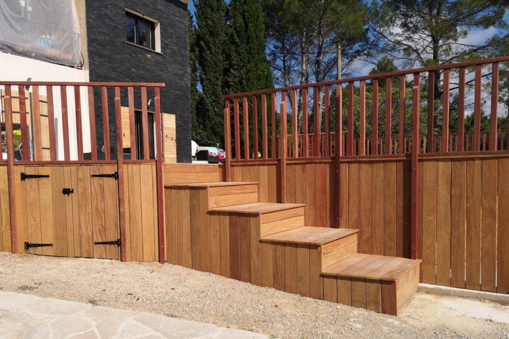 Terrasse en bois exotique construite sur pilotis.