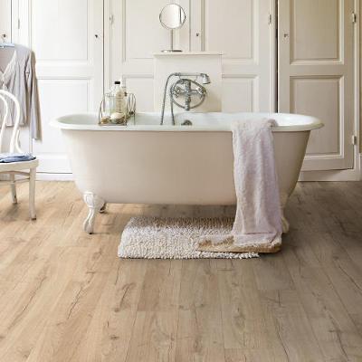 Un plancher en bois dans une salle de bain avec une baignoire
