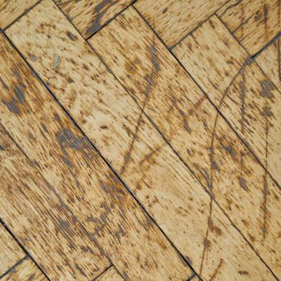 Un plancher en bois usé et devant être rénové