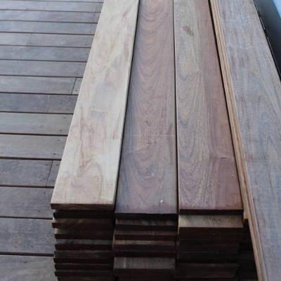 Approvisionnement en bois pour la construction d'une terrasse