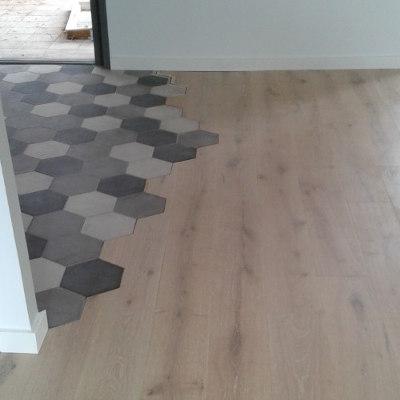Plancher en bois avec une partie en carreaux tomettes