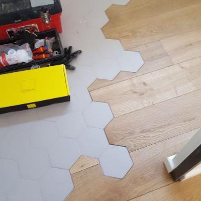 Poseur de sol en carrelage et en bois aux Arcs