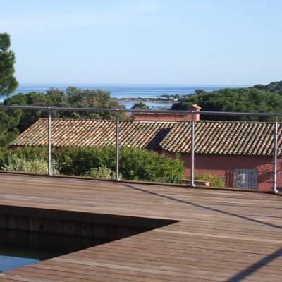 Une terrasse de plein air et une piscine
