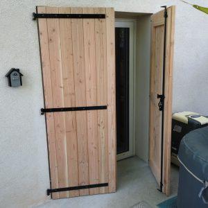 Une porte-fenêtre en bois de douglas