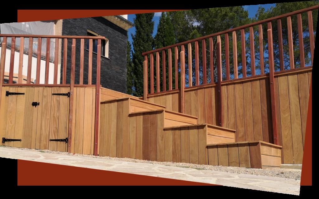 Une terrasse en bois avec un escalier fabriquée sur mesure à Fréjus.