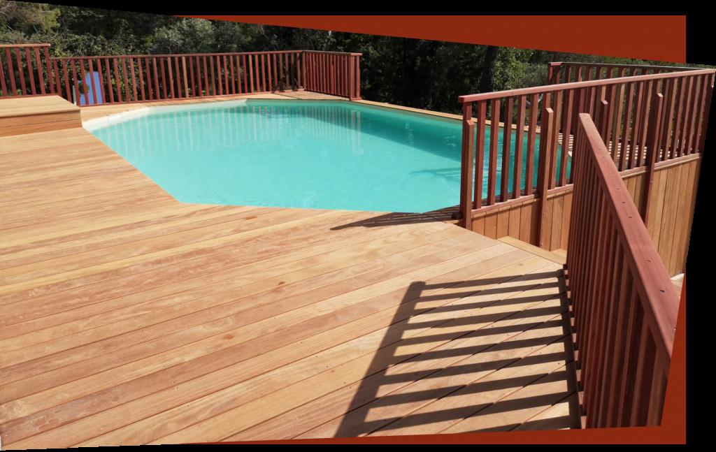 Une piscine avec terrasse et garde-corps en bois de padouk.