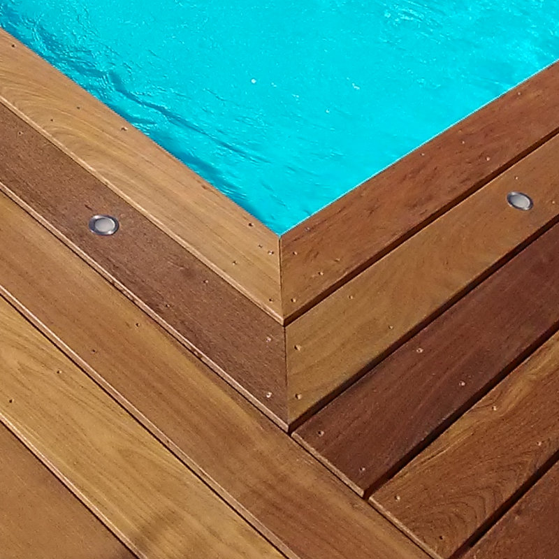 Angle de terrasse de piscine en bois.